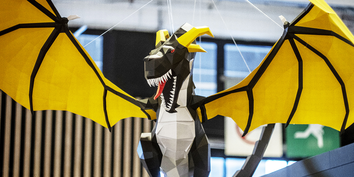 Wyvern dragon en papier noir et jaune Paris