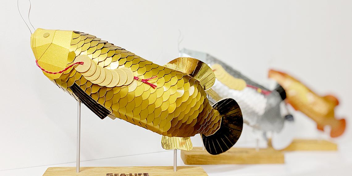Sculpture poisson trophée Arowanas doré en papier