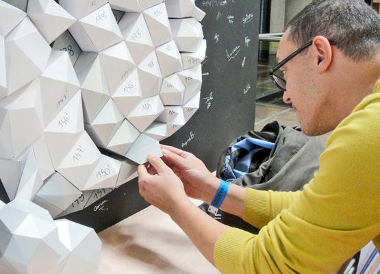 Fresque participative astronaute en papier. Animation par Nonitt Paper Sculptures
