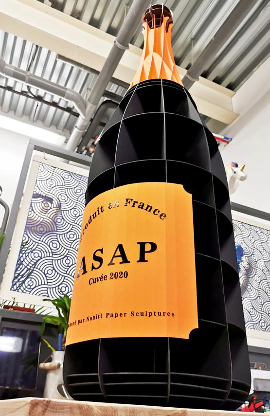 Bouteille de champagne noir et orange pou Asap en carton décoration par Nonitt Paper Sculptures