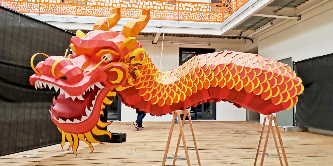 Sculpture en papier dragon chinois rouge pour Sea Life Paris par Nonitt Paper Sculptures