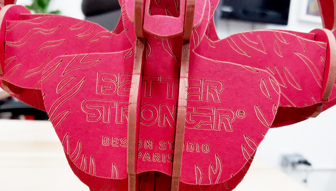 orille rouge en carton compact gravure laser logo Better Stronger par Nonitt Paper Sculptures