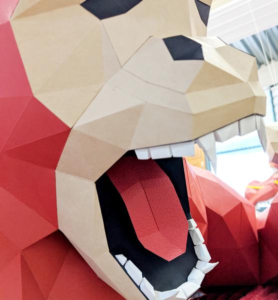 Vue rapprochée gorille hurlant en papier, papercraft. Décoration par Nonitt Paper Sculptures