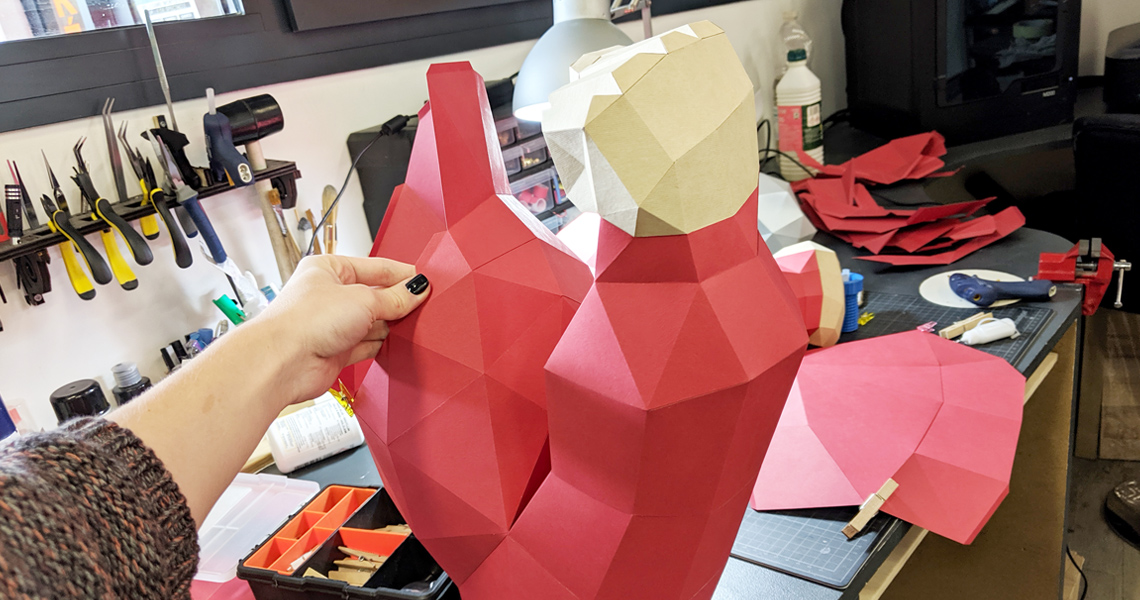 Bras de gorille hurlant en papier, papercraft. Décoration par Nonitt Paper Sculptures