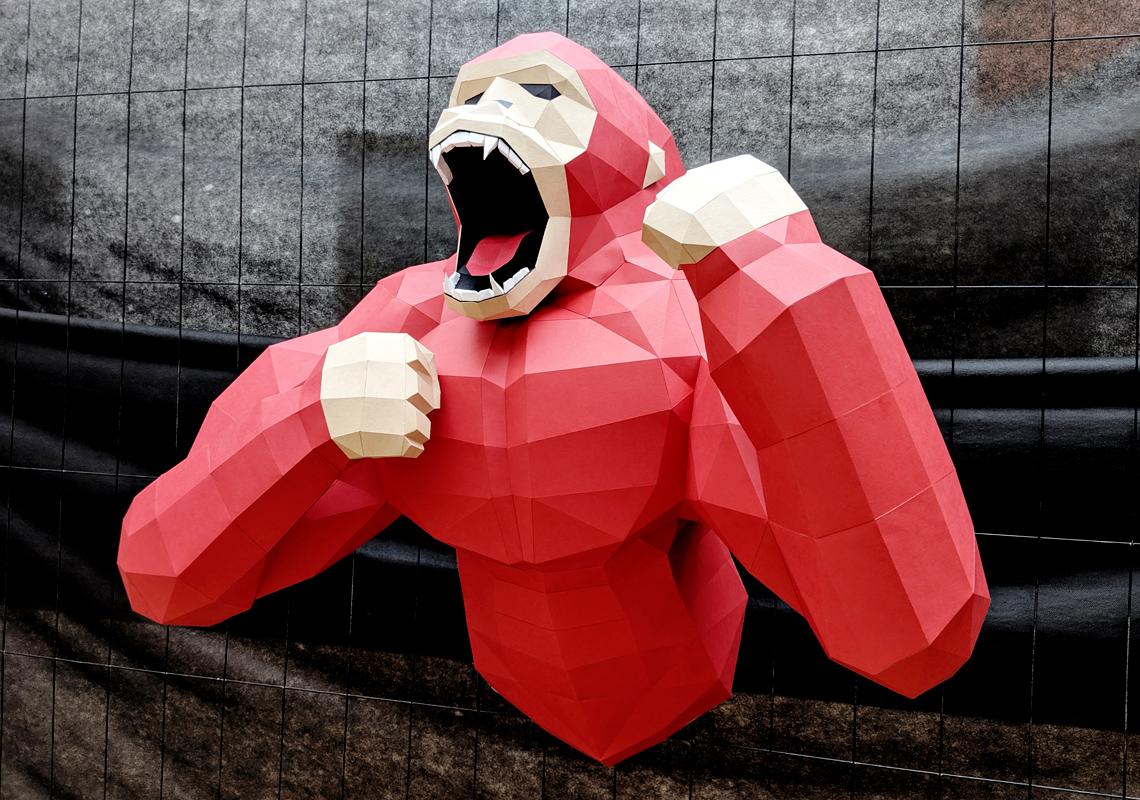 Gorille hurlant en papier, papercraft. Décoration par Nonitt Paper Sculptures