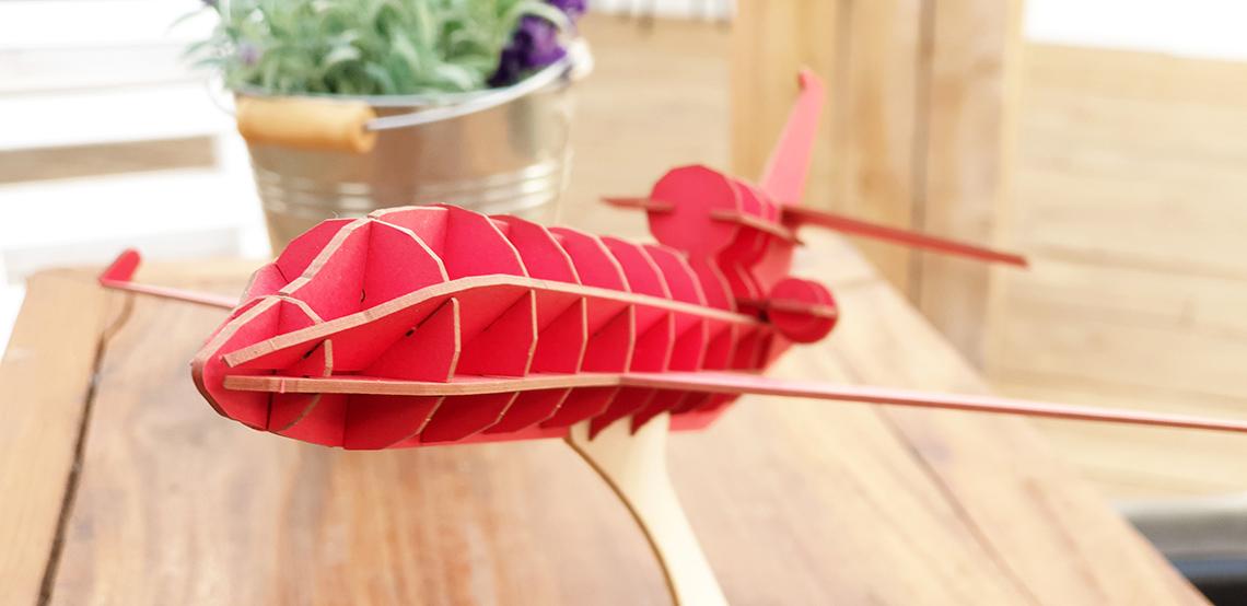 Avion rouge en carton compact Jet Falcon par Nonitt Paper Sculptures