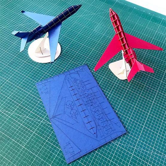 Avion rouge et bleu kit en carton compact Jet Falcon par Nonitt Paper Sculptures