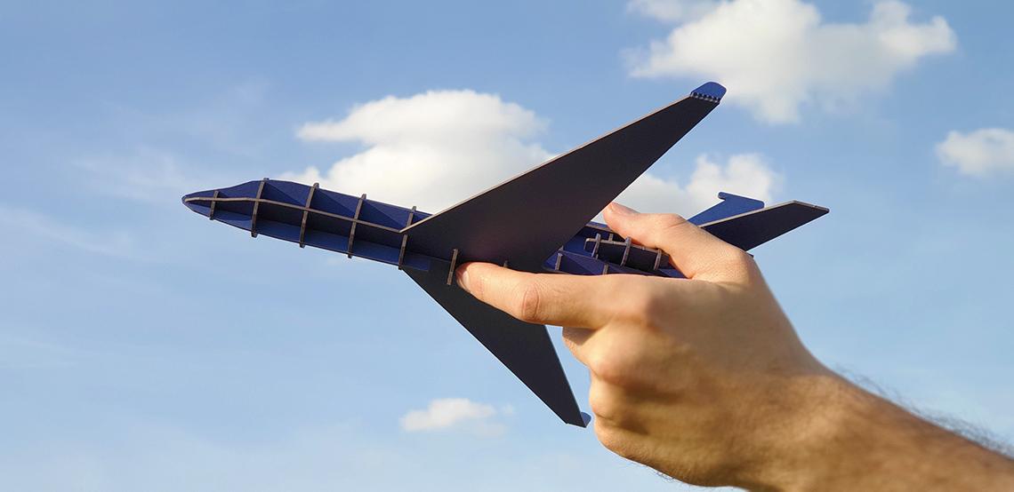 Avion bleu en carton compact Jet Falcon par Nonitt Paper Sculptures