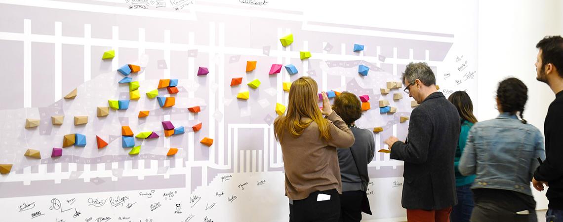 Fresque participative mains tendues au musée de l'immigration par Nonitt Paper Sculptures