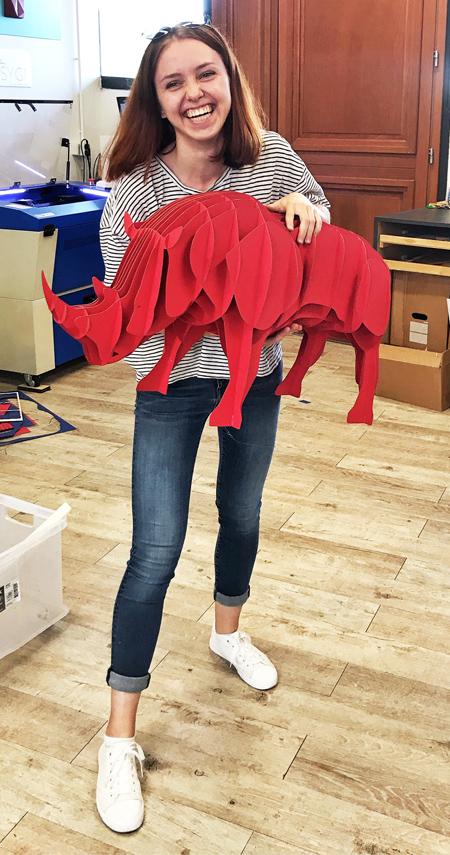 Rhinocéros rouge en carton compact par Nonitt Paper Sculptures