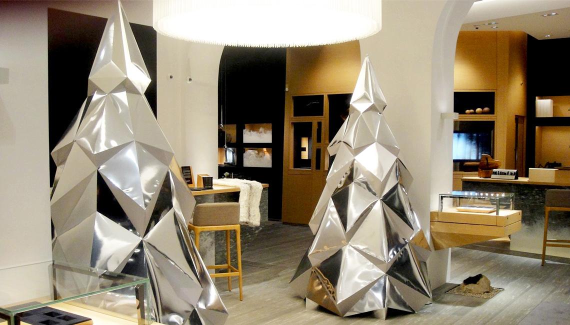 2 sapins de noël en papier miroir. Décoration par Nonitt Paper Sculptures