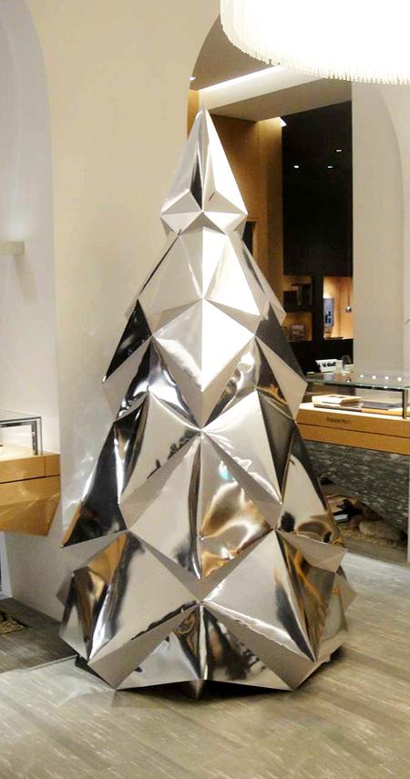 Sapin de noël en papier miroir. Décoration par Nonitt Paper Sculptures