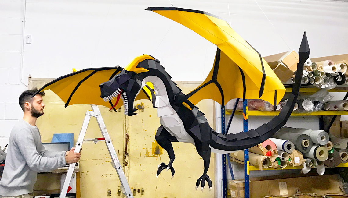 Sculpture papier géante wyvern noire et jaune. Décoration par Nonitt Paper Sculptures