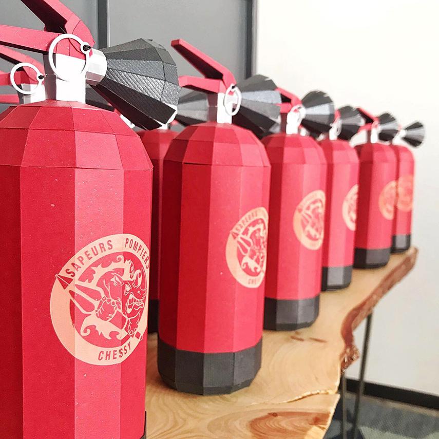 Goodies extincteur rouge avec gravure logo pompier Chessy par Nonitt Paper Sculptures