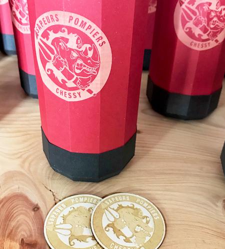 Goodies extincteur rouge avec gravure laser logo pompier Chessy par Nonitt Paper Sculptures