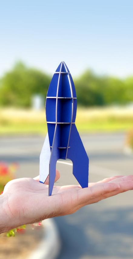 Fusée bleue en carton compact sur main par Nonitt Paper Sculptures