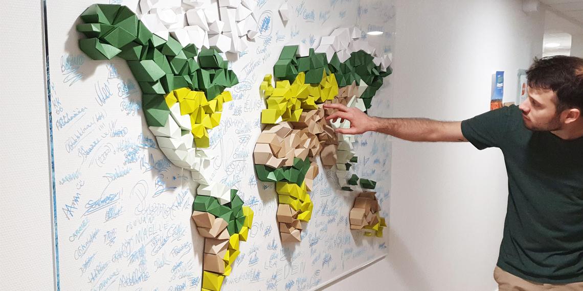 Fresque participative planisphère en papier, animation à Rennes par Nonitt Paper Sculptures