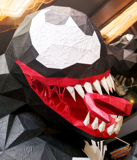 Vue rapprochée sculpture Venom en papier, papercraft par Nonitt Paper Sculptures et DT Workshop